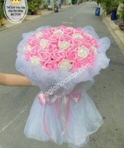 bó hoa sáp bọc voan hồng trắng